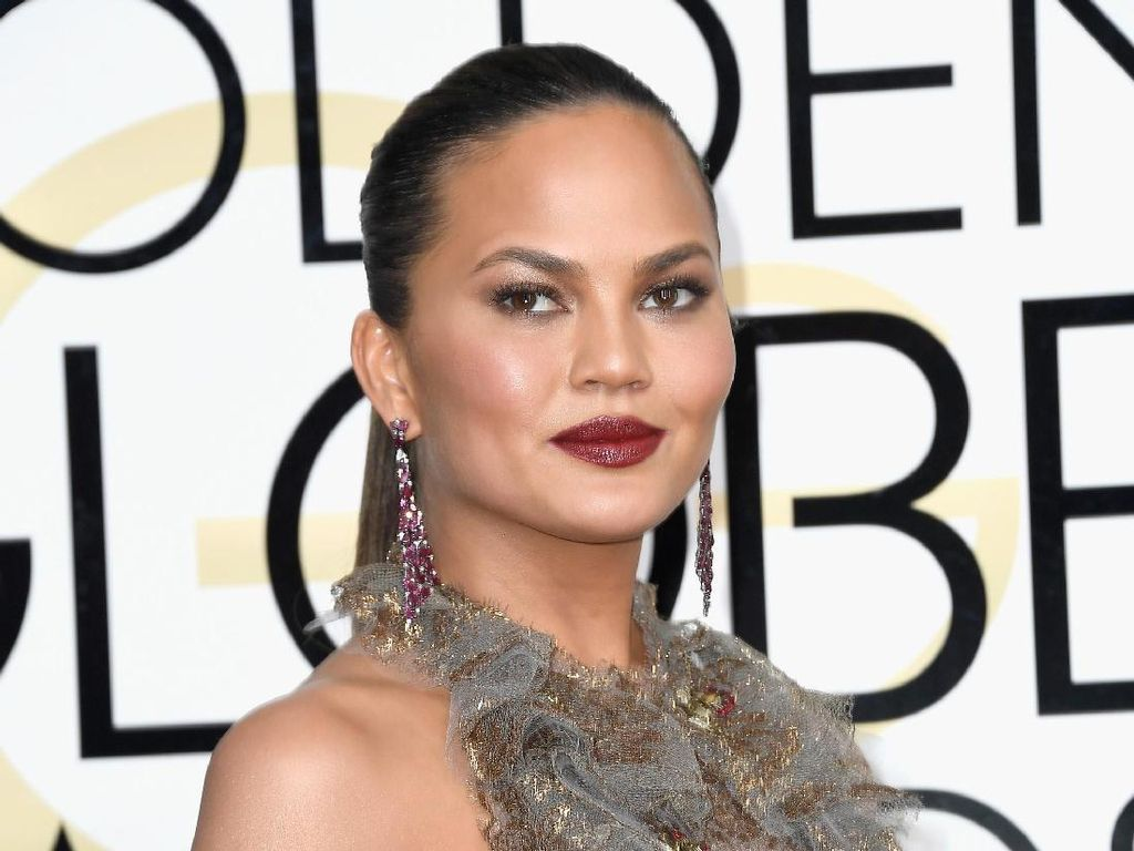 Chrissy Teigen Pamer Paha dengan Stretch Mark di Twitter