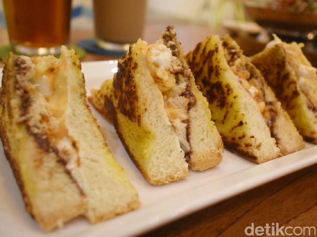 Roti panggang dengan isian selai nutella, vanilla lemon cream cheese, mozarella dan cheddar tersaji hangat-hangat. Cocok jadi camilan malam.