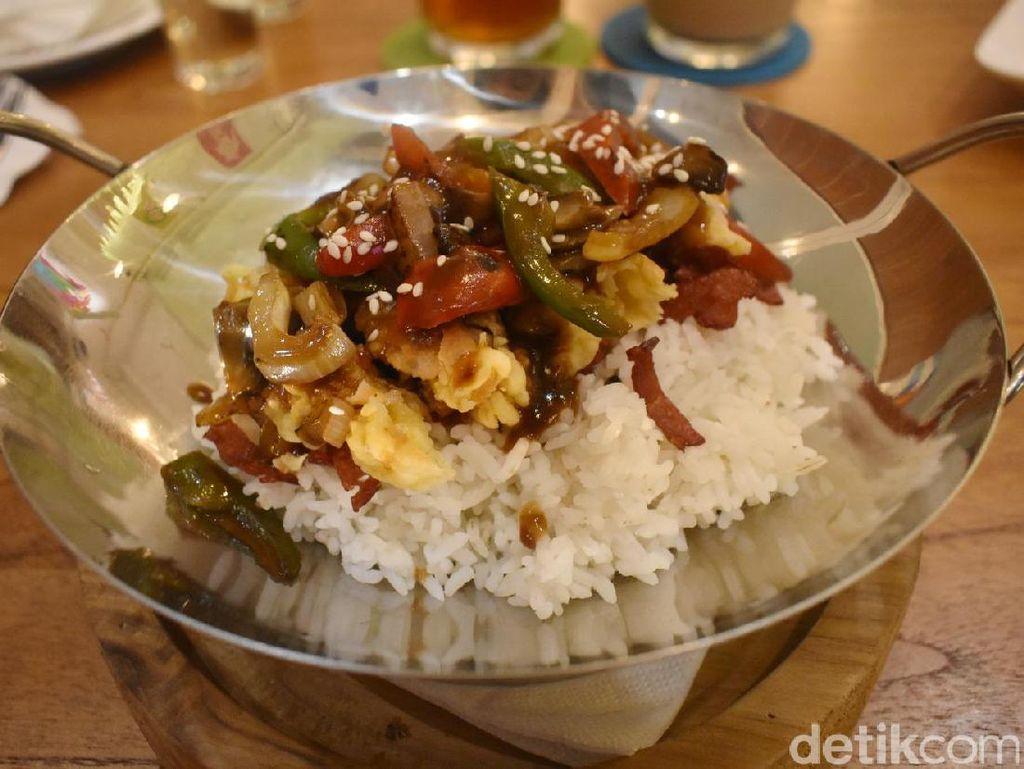 Kalau perut sedang lapar, nasi pitik londo bisa jadi pilihan. Piring berbentuk wajan berisi nasi dan potongan ayam serta saus gravy punya rasa gurih yang enak dan mengenyangkan.