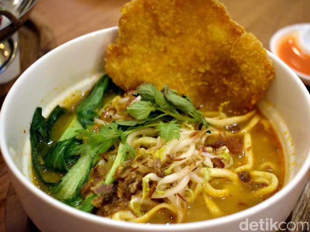 Sedangkan, laksa Singapura bisa jadi pilihan saat udara dingin. Mie kuning dengan siraman kuah kari kental semakin enak dinikmati bersama dengan fish katsu yang renyah. Nyam!