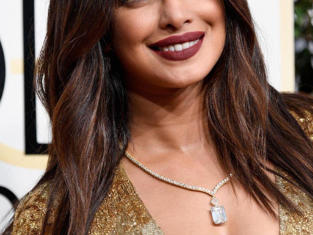 Trik Unik Priyanka Chopra Pakai Lipstik, Bukan dengan Kuas