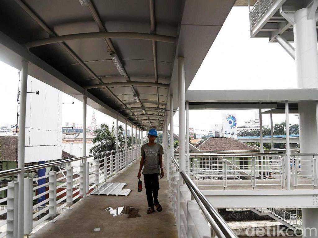 Yusmada mengatakan eskalator tersebut untuk memberikan kemudahan kepada pengguna TransJ di koridor 13 naik ke atas halte. Sepasang eskalator tersebut dapat menjadi pilihan pengguna TransJ.
