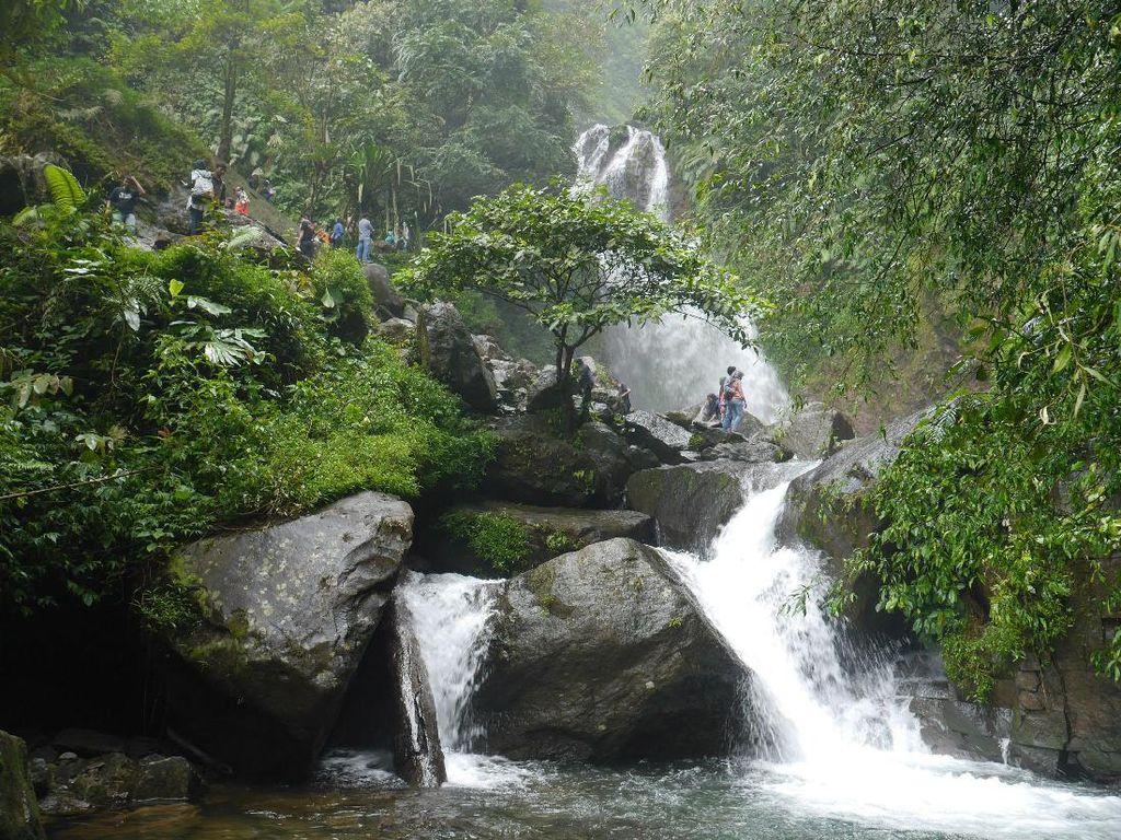 Air Terjun & Jembatan Gantung Fotogenik di Bogor