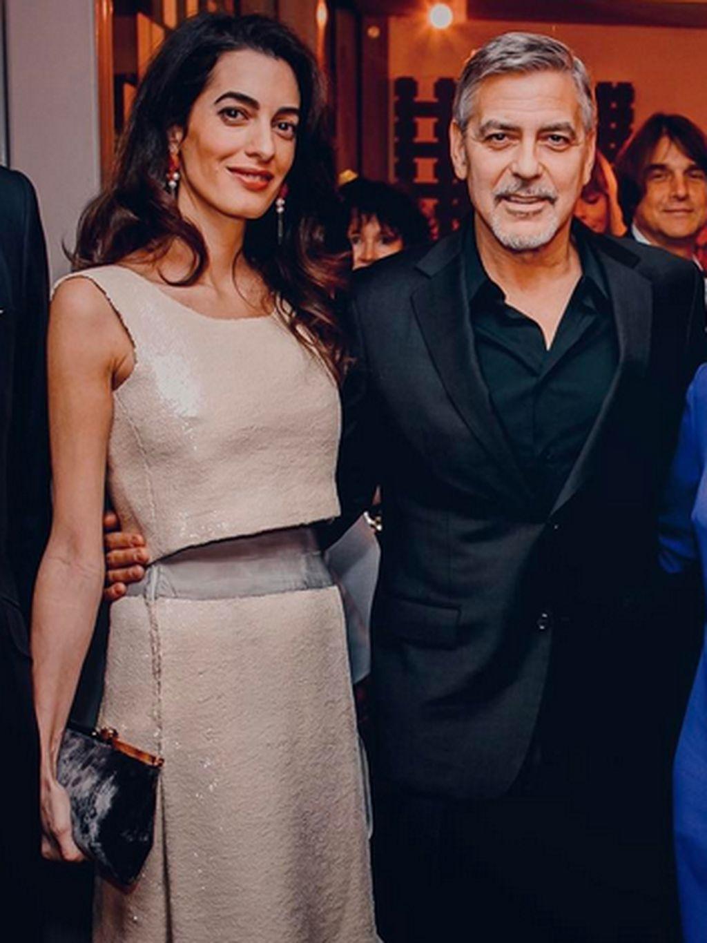 Amal Clooney Tampil Chic dengan Gaun Vintage Chanel Rp 184 Juta