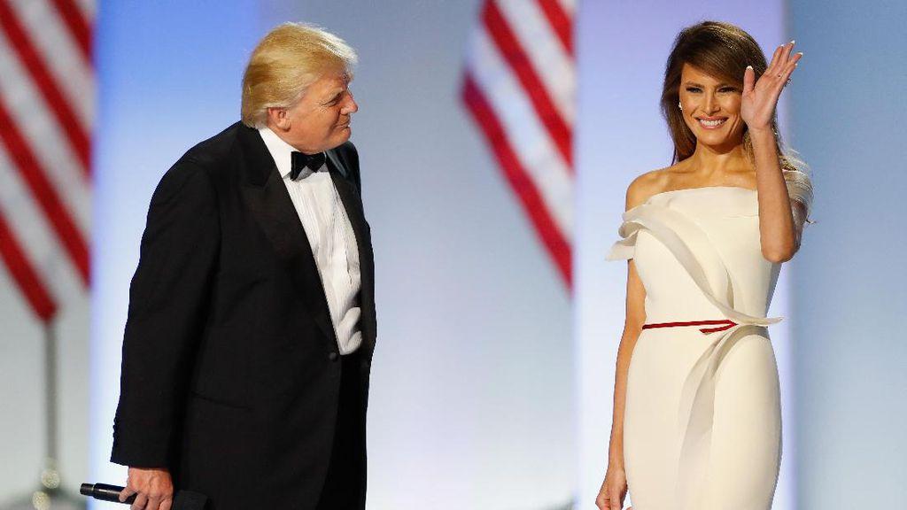 Gaun Minimalis Melania Trump di Dansa Pertama Malam Inaugurasi