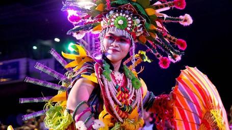 Indonesia Tampilkan Kostum Dayak Dan Mentawai Di Parade Festival Payung Bo Sang