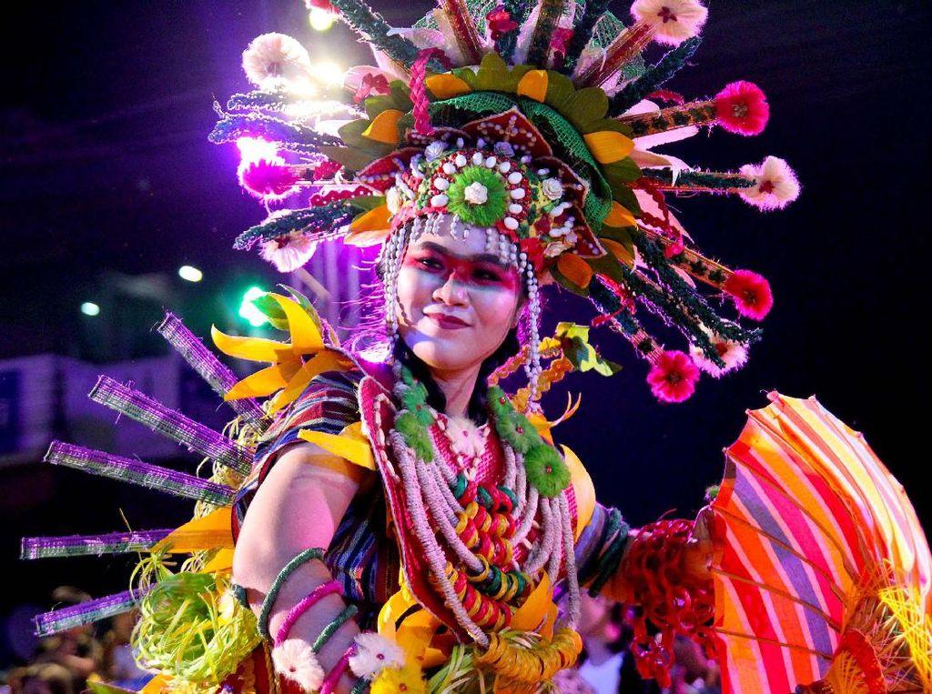 Indonesia Tampilkan Kostum Dayak & Mentawai di Parade Festival Payung Bo Sang