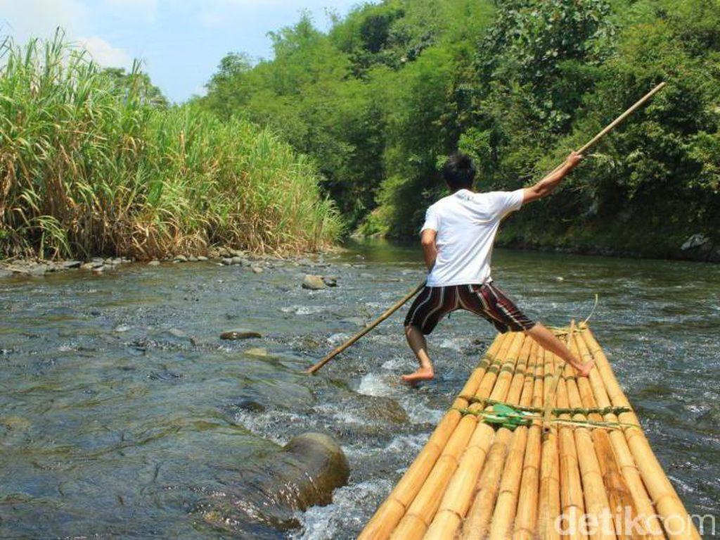 Arung Jeram Bambu di Pedalaman Kalimantan