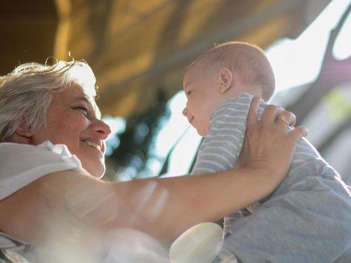 Di Negara Ini, Nenek Yang Mengasuh Cucunya Akan Digaji