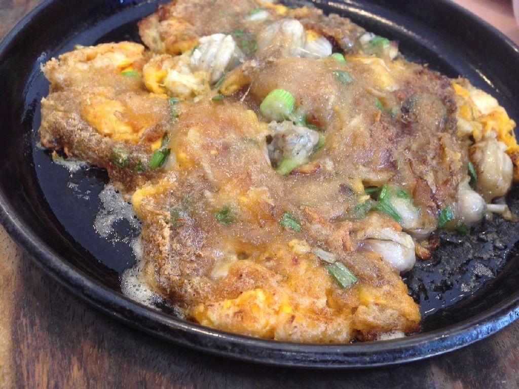 Chinese oysters omelette tersaji dalam hot plate. Pinggiran omeletnya renyah gurih dengan bagian tengah kenyal lengket karena pemakaian tepung beras ketan. Tiram yang digunakan cukup royal. Rasanya juga gurih dan tidak amis.