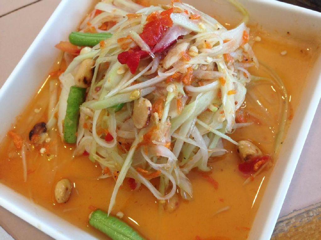 Som Tum terbuat dari irisan halus pepaya muda, potongan buncis, kacang tanah sangrai, tomat dan gerusan cabai rawit. Permukaannya diberi taburan ebi. Salad ini terasa segar dan begitu pedas, mirip asinan.