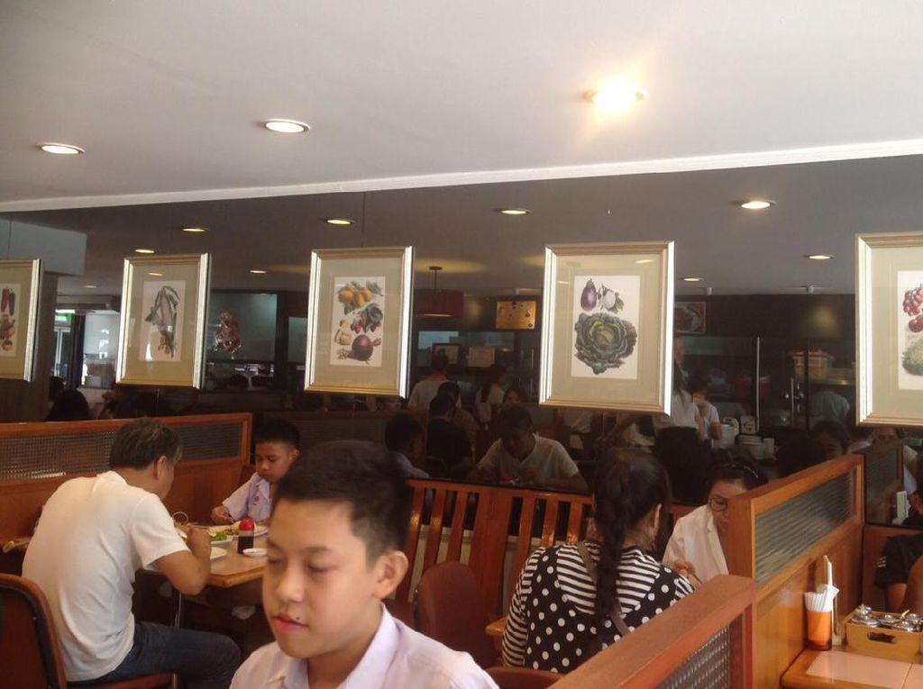 Inter Restaurant berlokasi di Siam Square Soi 9. Interiornya sederhana saja dan terlihat klasik. Karena restoran sudah buka sejak tahun 1981. Tapi makanannya terkenal enak dan autentik.