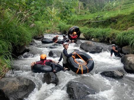 Sensasi Ngeri-ngeri Sedap River Tubing Di Kaki Gunung Wilis