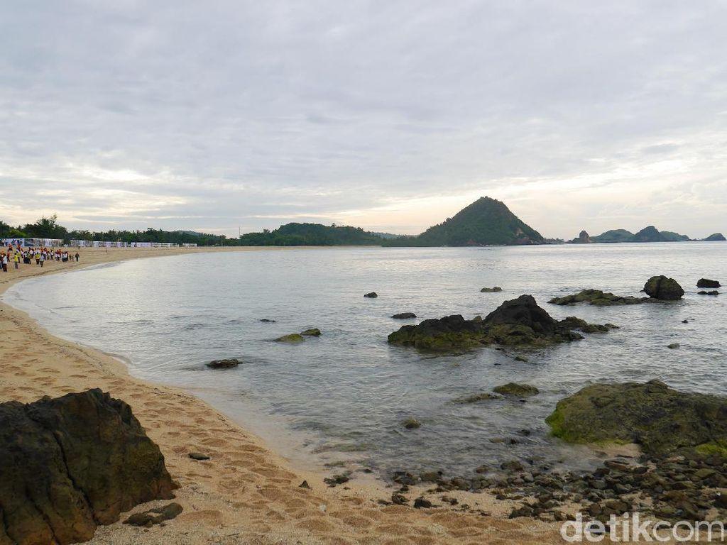 6 Alasan Kamu Nggak Bakal Menyesal Main ke Pantai Kuta Lombok