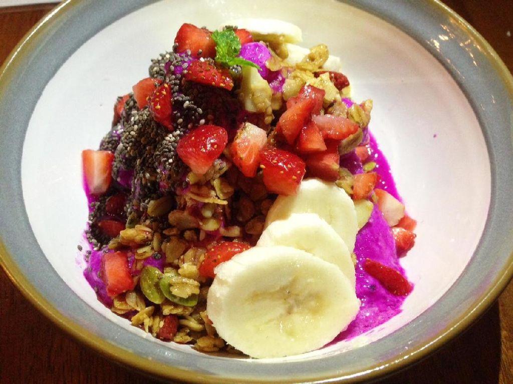 Salah satu menu yang ada dalam pilihan all day breakfast yaitu Smoothies Bowl. Menu sehat dan sedang tren ini terbuat dari smoothies buah naga dan sirsak. Toppingnya berupa granola, biji-bijian, strawberry, pisang dan chia seed. Segar!