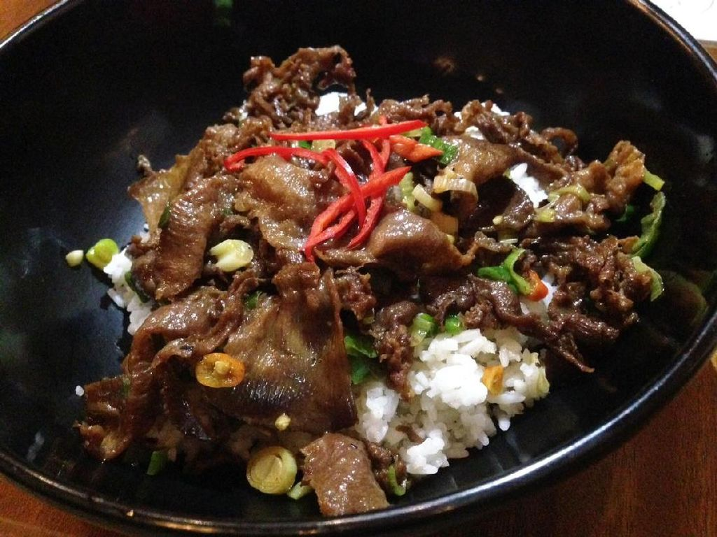 Menu andalan restoran berupa Gyutan Don. Terdapat pilihan original, curry dan wasabi. Untuk Gyu Tan Don original, rice bowl diberi irisan lidah sapi panggang gurih. Bisa dipilih tingkat pedasnya, mulai level not spicy, medium, spicy hingga cranky.