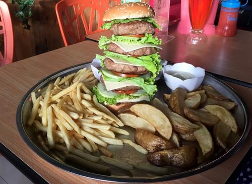 Dino Steak & Pasta: Seru dan Mantap! Godzila Burger Berisi 5 Tumpuk Patty Seberat 1 Kg!