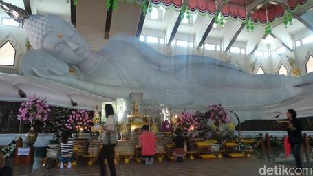Patung Buddha Tidur Raksasa Dengan Batu Marmer Italia Di Udon Thani