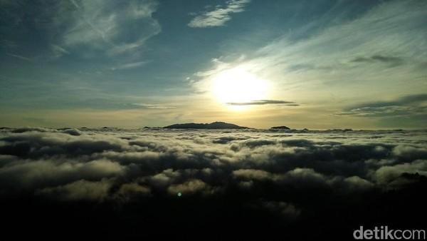 Sunrise Cantik dari Negeri Atas Awan di Toraja