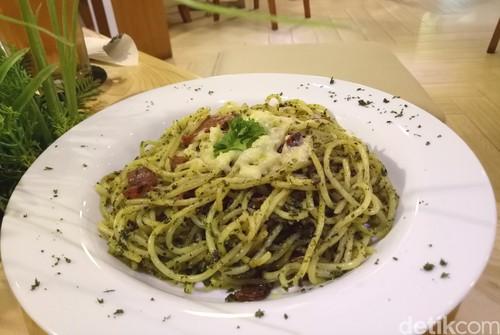 Brownstone : Spaghetti Saus Pesto Bertopping Keju Leleh