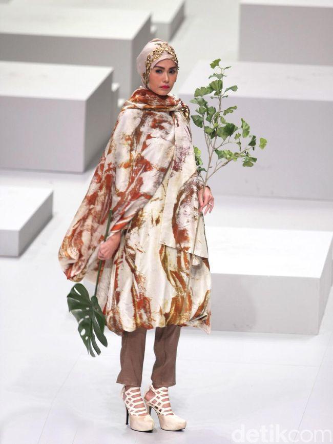 Foto Koleksi Dian Pelangi For Wardah Di Indonesia Fashion Week 2017