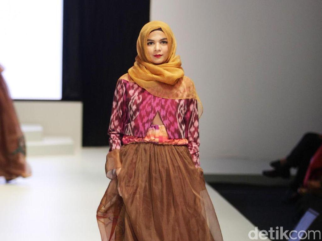 Foto: Koleksi Savitri di Indonesia Fashion Week 2017