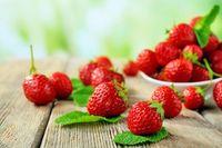 Ambil selembar kapas dan celupkan ke dalam jus buah merah seperti stroberi, cranberi atau ceri. Oleskan kapas ke bibir Anda. Foto: Instagram.