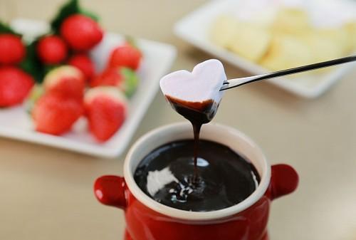 Bikin Chocolate Fondue yang Mudah dan Enak untuk Suguhan Valentine