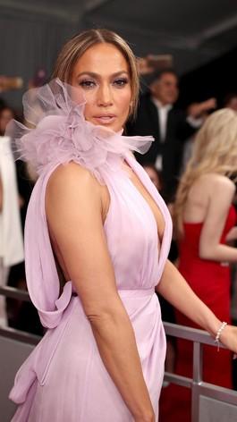 Foto: Seksinya J-Lo Pakai Gaun Berbelahan Dada Rendah di Grammys