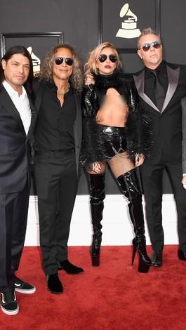 Lady Gaga Pakai Baju yang Hanya Tutupi Setengah Dadanya