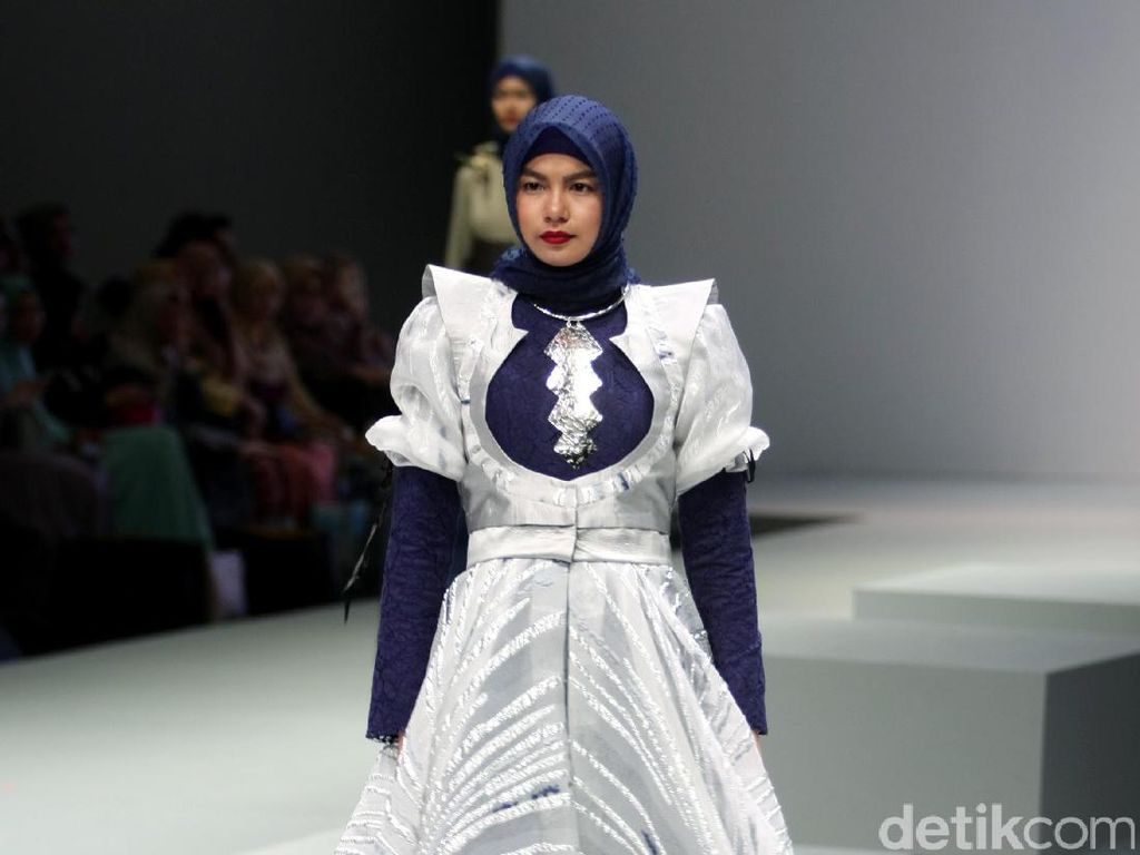 Foto: Koleksi Ria Baraba di Indonesia Fashion Week 2017