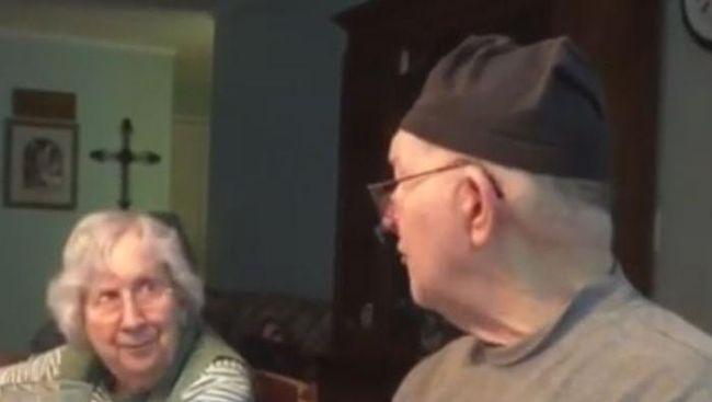 kisah romantis kakek ini nyanyikan lagu cinta setiap hari