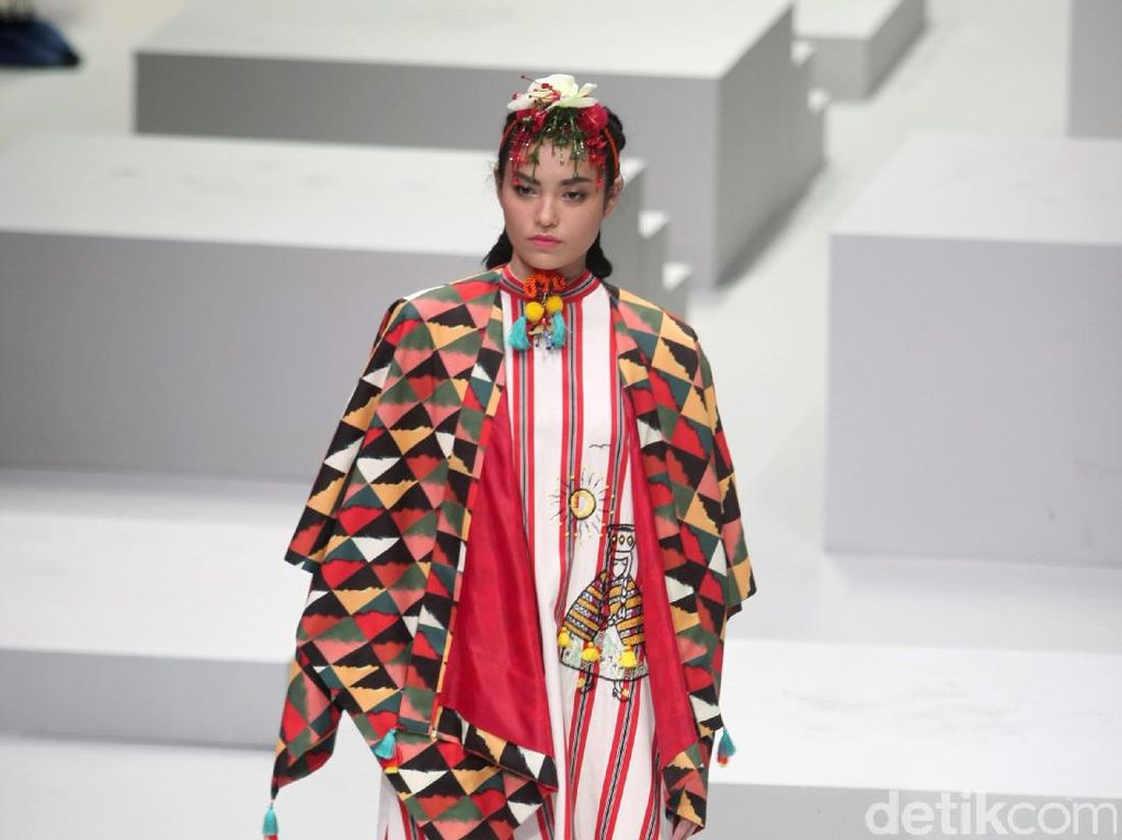 Foto: Koleksi Mel Ahyar for Wardah di Indonesia Fashion Week 2017