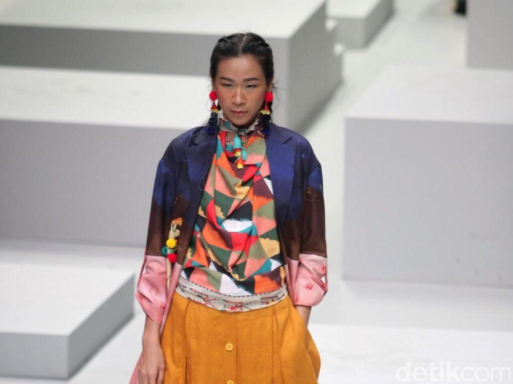 Foto: Koleksi Mel Ahyar for Wardah di Indonesia Fashion Week 2017