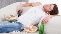 Sering makan sambil menonton TV? Sebaiknya hindari. Alasannya simpel, para peneliti di University of Birmingham mengingatkan bahwa orang yang makan sembari terpaku pada layar kaca akan lupa waktu dan mengonsumsi lebih banyak camilan yang membuatnya mudah gendut. (Foto: iStock)