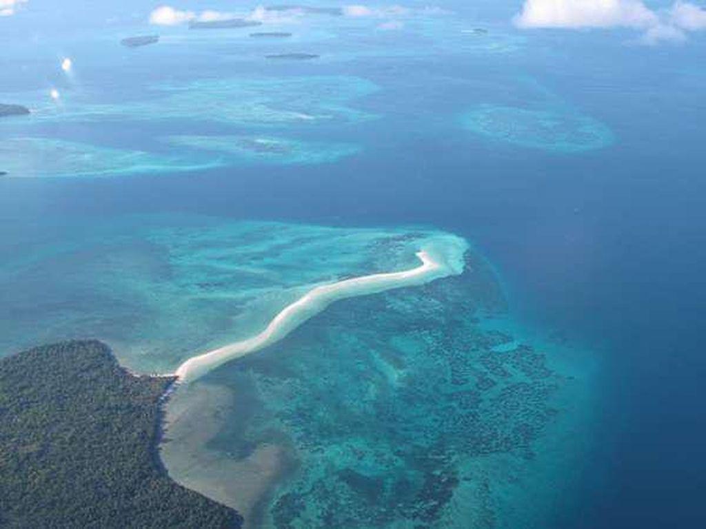 Pantai Unik di Maluku, Memanjang 2 Km ke Tengah Laut