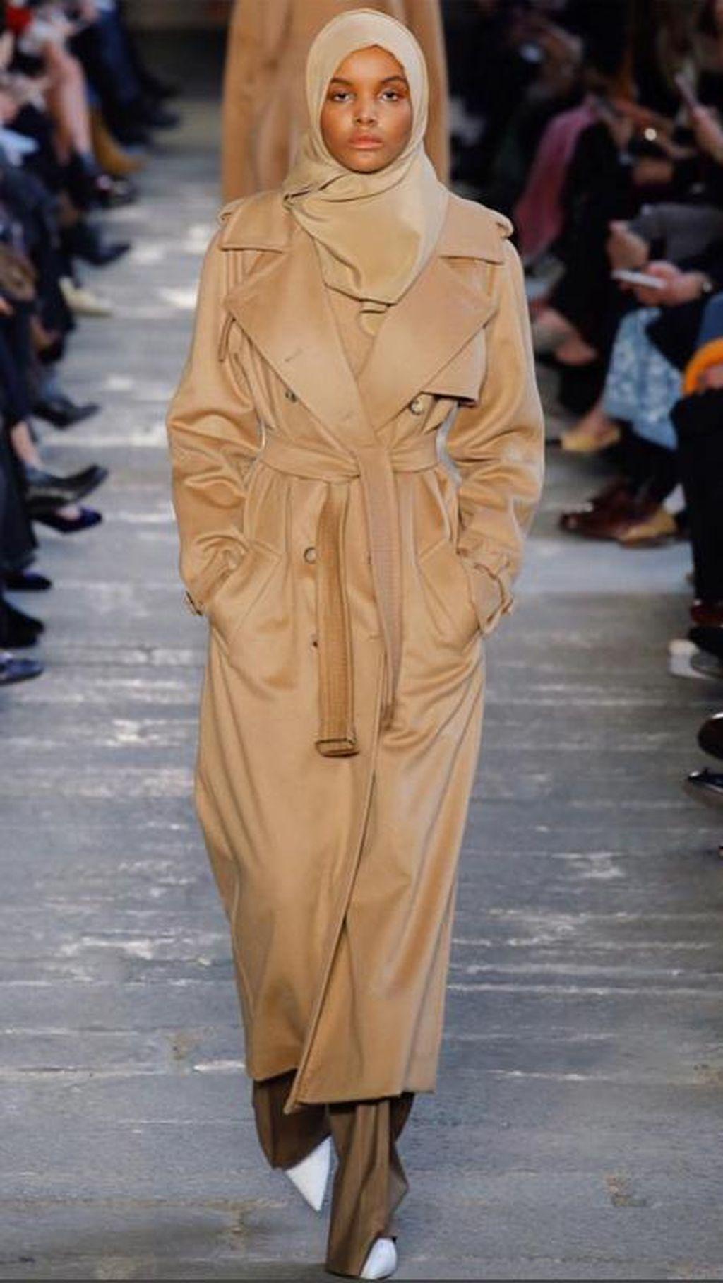 Terus Eksis, Hijabers AS Ini Jadi Model Max Mara di Milan Fashion Week