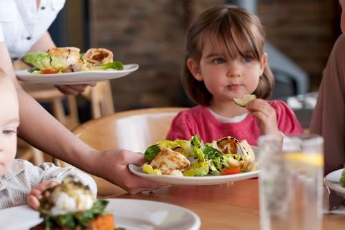 Mengajak Anak Makan di Restoran, Pilih Makanan Sehat dengan Trik Ini