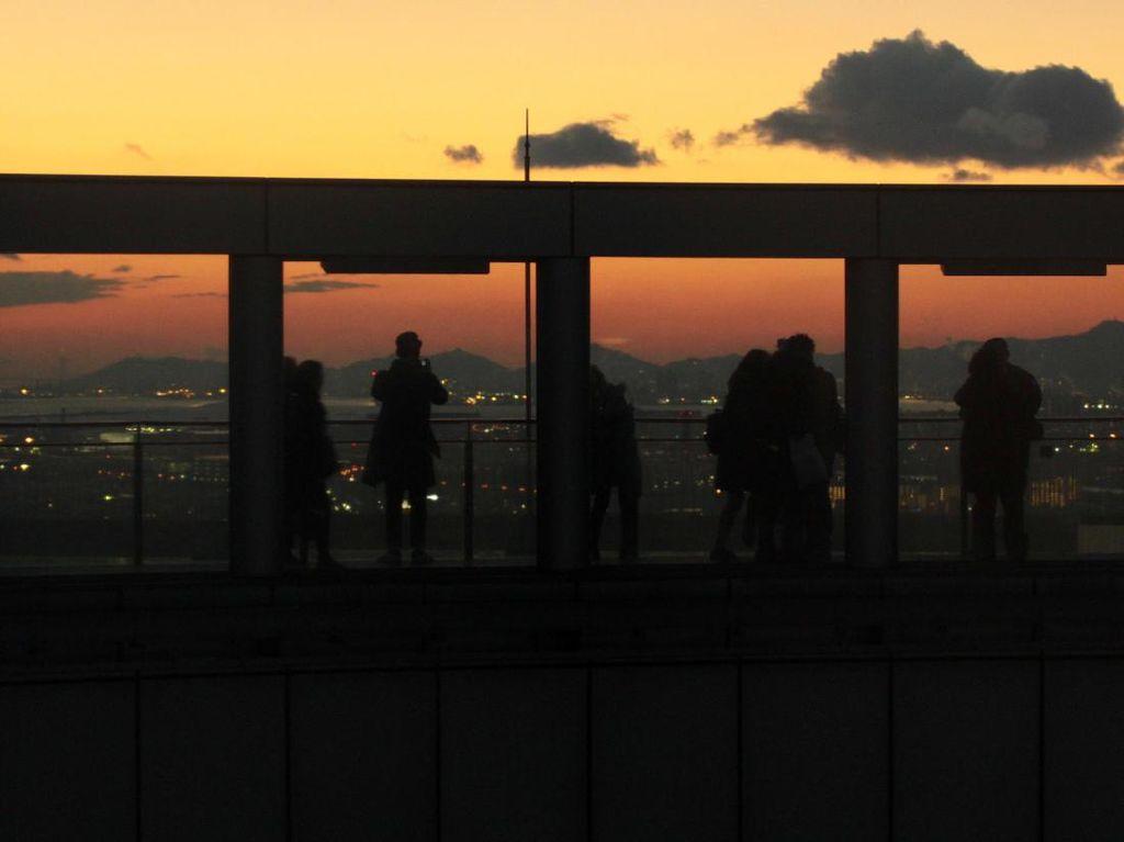 Panorama Senja di Osaka dari Gedung Pencakar Langit