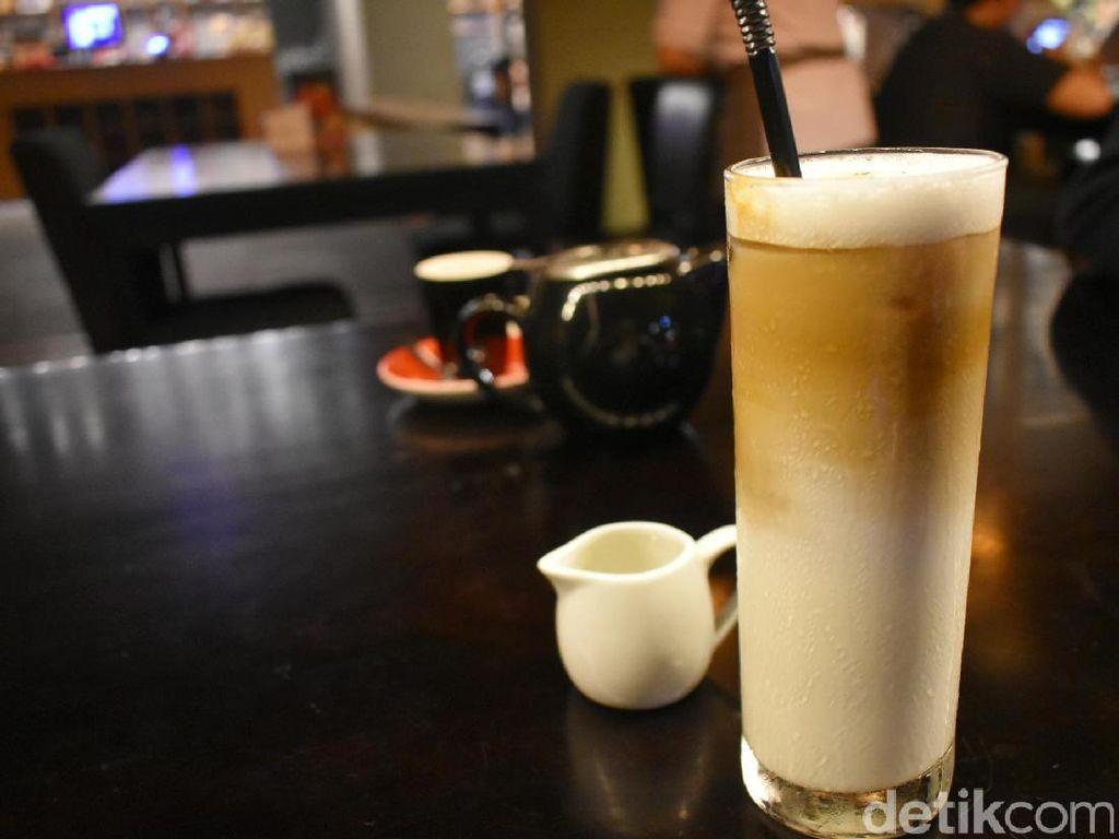 Es cappuccino yang dibuat dengan racikan kopi asal Jawa Barat terasa enak. Rasa pahit kopinya seimbang ditambah dengan cmapuran susu dan sedikit gula. Slurp!