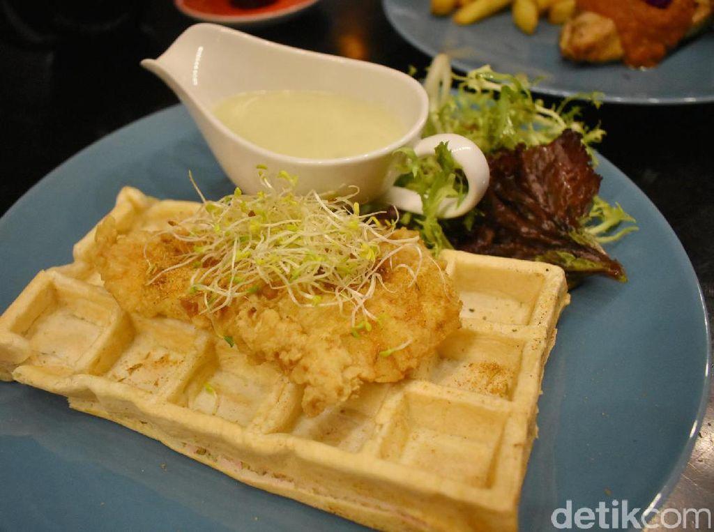 Waffle yang lembut enak dipadukan dengan potongan daging ayam berbalut adonan tepung. Semakin enak dan gurih saat disiram dengan saus keju creamy. Tambah dengan salad segar dengan kucuran jus jeruk. Mantap!