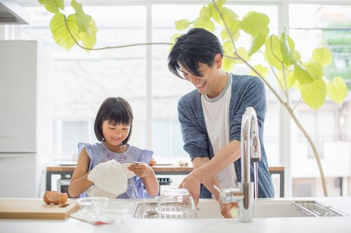 Membiasakan Anak Cuci Piring Sendiri Bikin Mereka Sukses di Masa Depan