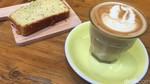Di Sini Ada Caffe Latte dan Banana Lemon Cake yang Manis Empuk