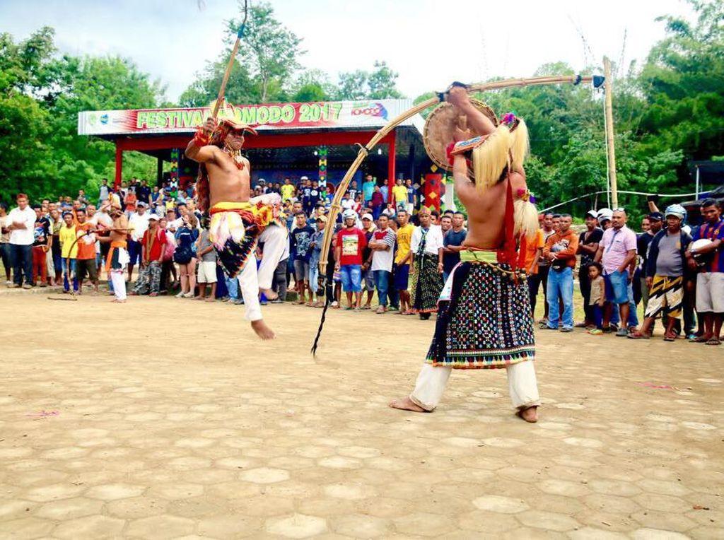 Tari Perang Ramaikan Rangkaian Festival Komodo di Labuan Bajo