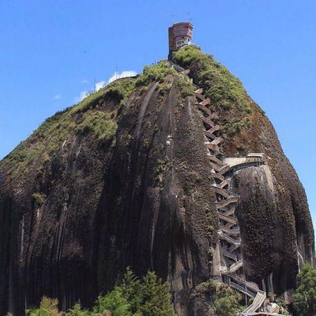 Kolombia Punya Batu Raksasa Dengan Tangga Zig-zag