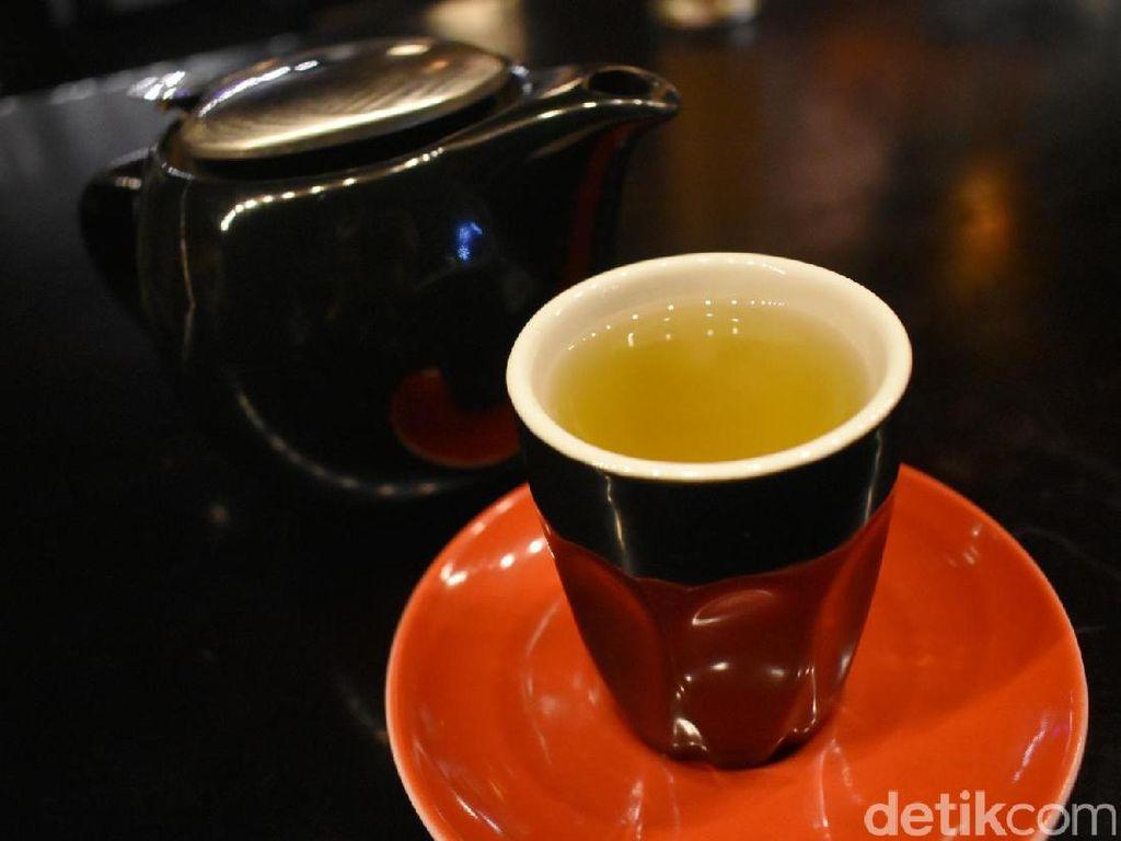 Tak suka kopi? Pilih saja sajian teh hangat ini. Egyptian Chamomile yang hangat punya sensasi wangi yang dapat merileksasi tubuh.