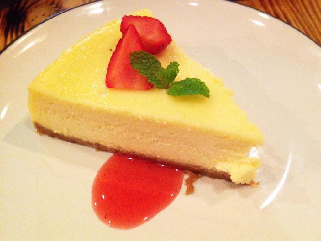 Cheesecake yang ukurannya cukup besar jadi menu paling favorit di Watt Coffee. Kue diberi pendamping saus strawberry dan topping irisan strawberry. Rasanya legit creamy dan nikmat.