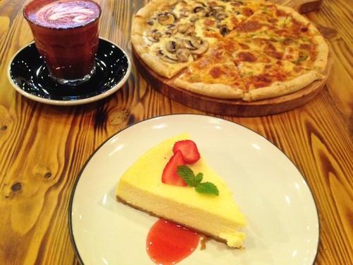 Watt Coffee: Enaknya Bersantai Menikmati Pizza Dua Topping dan Cheesecake Lembut