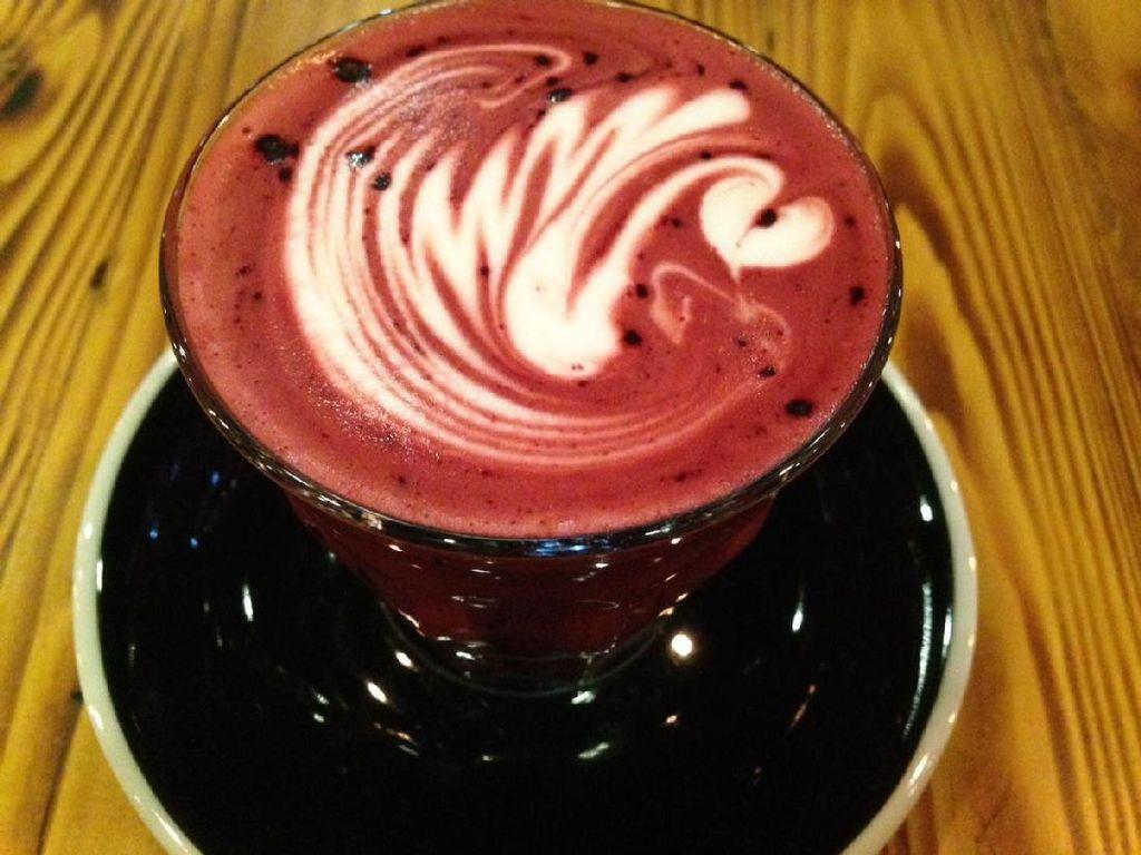 Hot Red Velvet Latte rasanya seperti susu cokelat hangat yang creamy legit, tapi tidak terlalu manis. Enak dihirup untuk mengatasi udara dingin.
