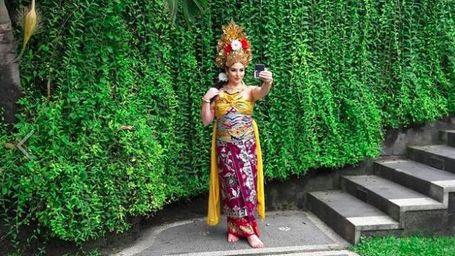 Tempat Pramugari Raja Salman Berpakaian Adat Bali Ternyata…